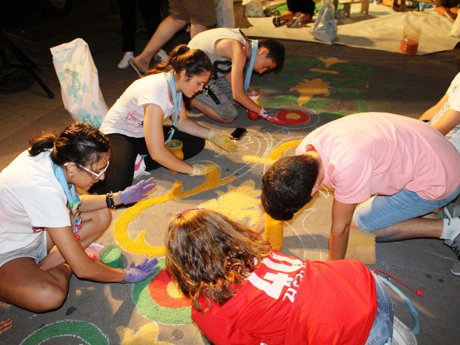 Jóvenes-de-la-localidad-colaborando-con-la-confección-de-alfombras-949x712
